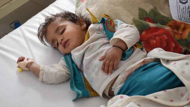 """Niños muriendo en los pasillos del hospital y pacientes atendidos en sus coches: el horror de la crisis del cólera """"sin precedentes"""" en Yemen"""