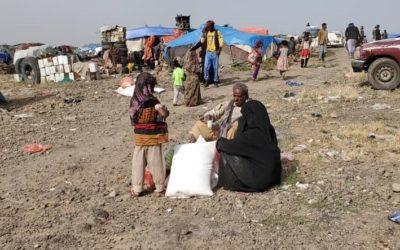 Reparto de alimentación a las familias en el campo de desplazados de Arhab